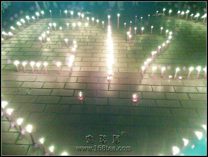 五一广场烛光祈福,心系灾区同胞.