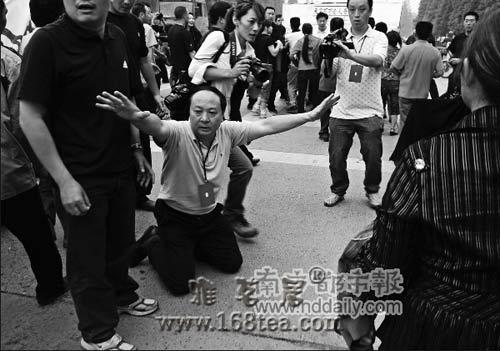 家长为地震遇难学生上访 绵竹书记下跪挽留(图)
