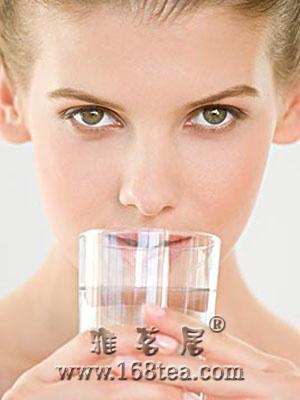 晨起喝淡盐水对身体有害