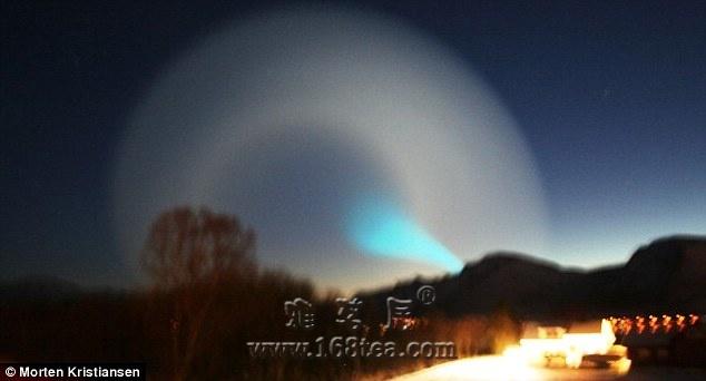 组图:挪威北部夜空惊现神秘漩涡状光圈(2009-12-12 07:40:14)