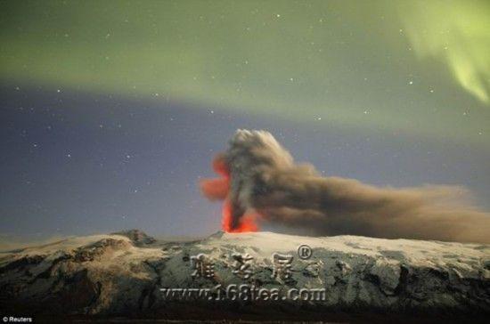 北极光下冰岛火山喷发美景 恍如仙境(图)