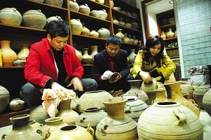 """宜兴有个民间""""博物馆"""" 收藏1000多种古陶罐(图)"""