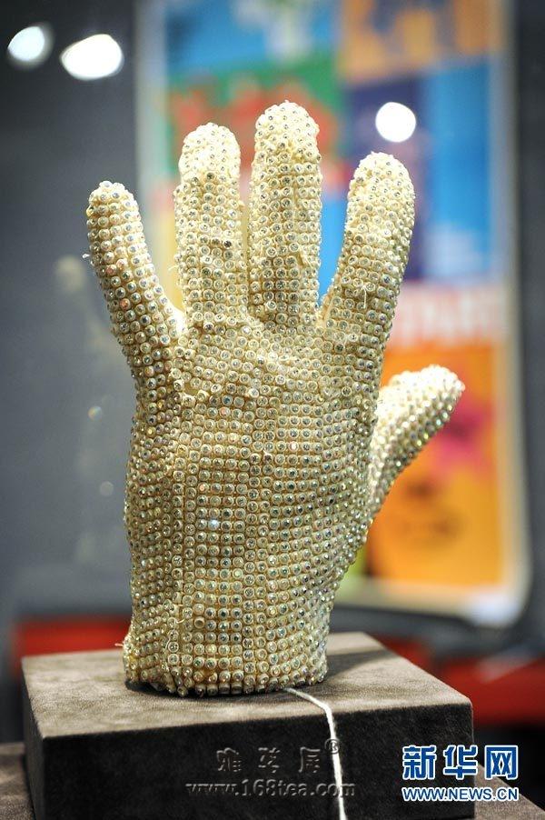 杰克逊手套拍19万美元 得主称得不到不离开