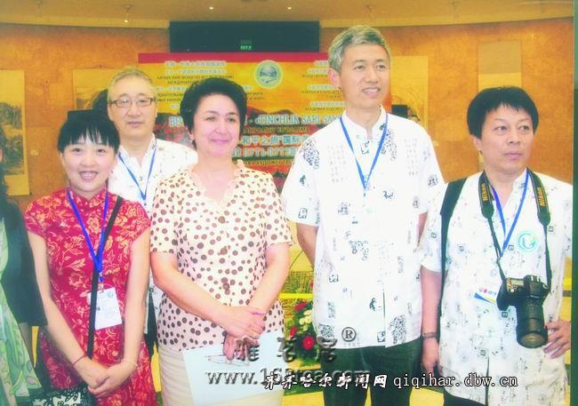 鹤城女画家马威 受邀绘画及丝绸刺绣艺术展
