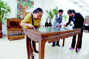 一张不起眼的老木桌卖了98万元(图)