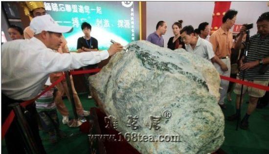 昆明泛亚石博览会上3吨重翡翠原石喊价10亿
