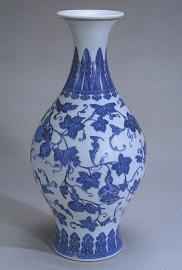 青花缠枝葫芦飞蝠纹橄榄瓶