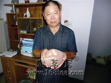 """襄阳紫砂文字石呈现""""八一""""二字"""