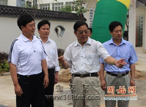 全国人大法工委内务司主任于建伟调研指导我县茶产业发展