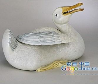 乾隆时期粉彩雕瓷鸭
