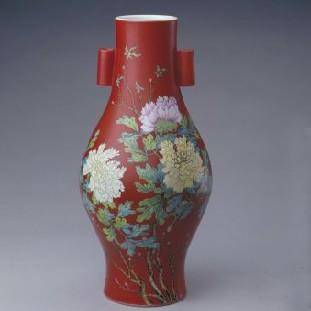 名瓷欣赏—清雍正珊瑚红地粉彩牡丹纹贯耳瓶