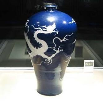 元代霁蓝釉白龙纹梅瓶背后的传奇故事