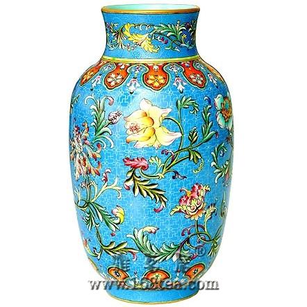 名瓷欣赏—清乾隆珐琅彩天蓝地折枝花纹灯笼式瓶