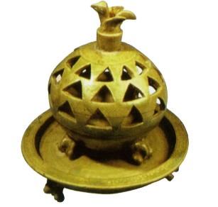 名瓷欣赏—青釉镂空三兽足熏炉