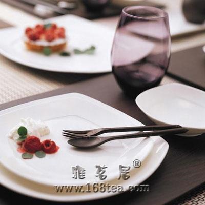 详谈餐桌餐具如何布置