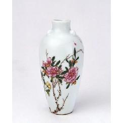 清乾隆—珐琅彩山石花卉纹小瓶