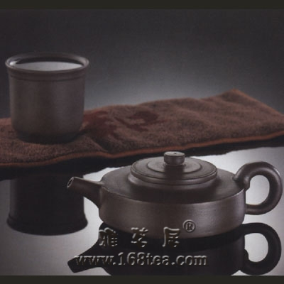 养壶人的壶不是作为茶的盛器,而是用茶来养壶的性情与气度
