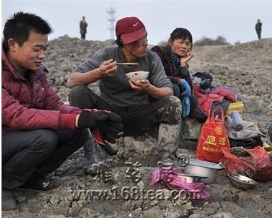 安徽村民疯抢掏挖河床埋藏瓷器 文物论斤卖