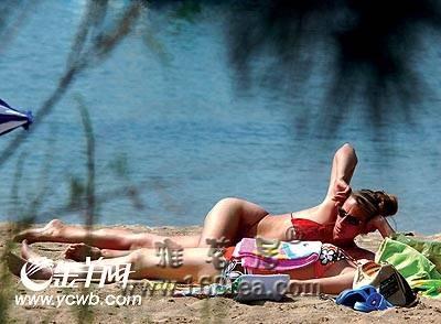 暑期沙滩度假小心中暑