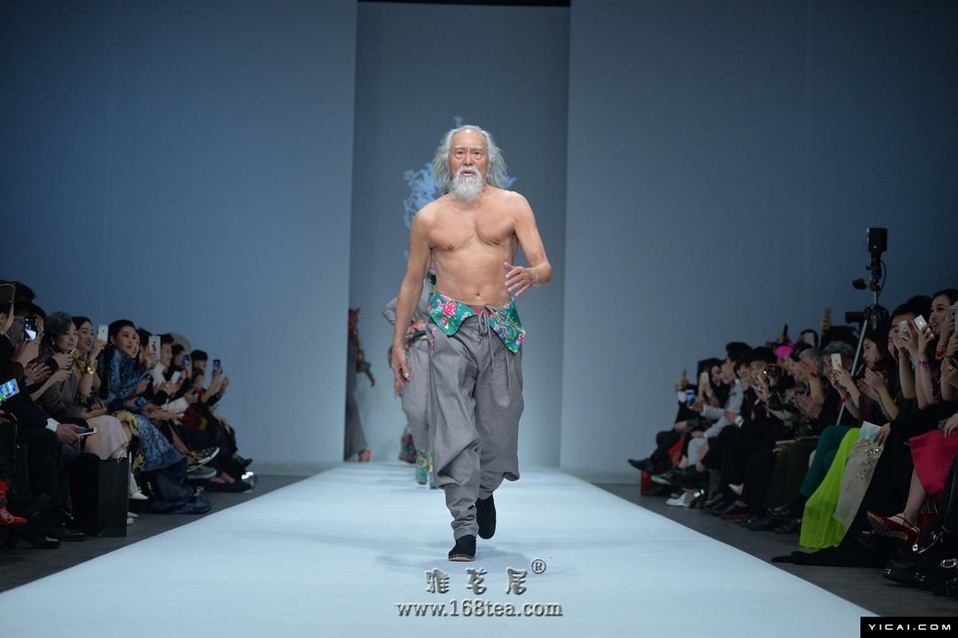 惊呆!中国国际时装周秀场惊现东北棉被style!