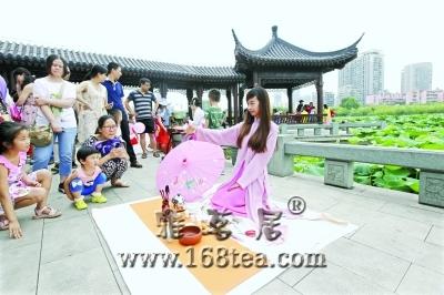 武汉沙湖公园现惊艳茶艺秀 汉服美女为游客奉茶