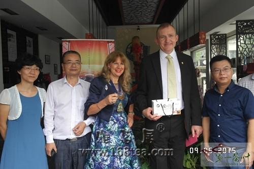 英国布鲁姆利市市长一行参观益阳茶叶市场