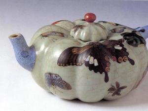 清 乾隆景德镇窑豆青釉蜂蝶纹瓜式茶壶