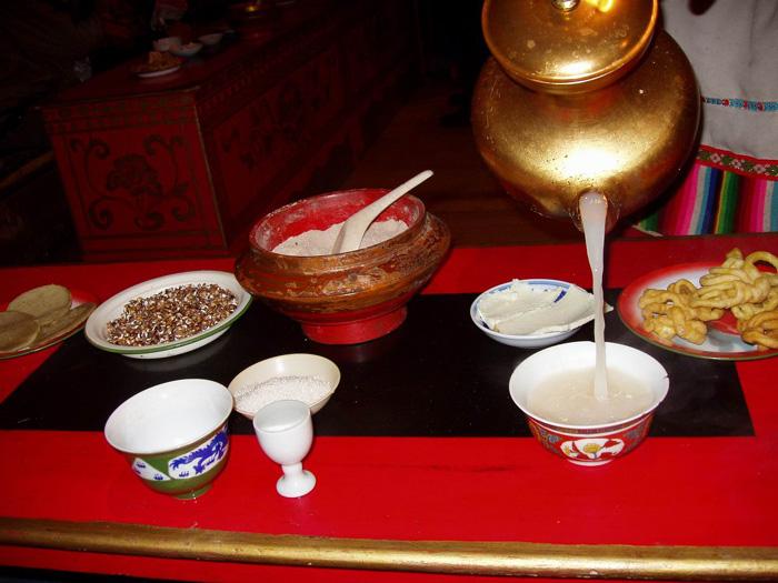 饮茶风俗--西藏人喝酥油茶的礼节