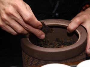 赏紫砂壶泡茶图